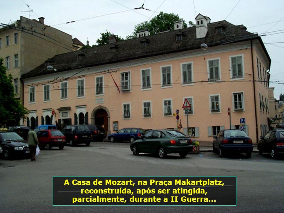 A Casa de Mozart, na Praça Makartplatz, reconstruída, após ser atingida, parcialmente, durante a II Guerra...