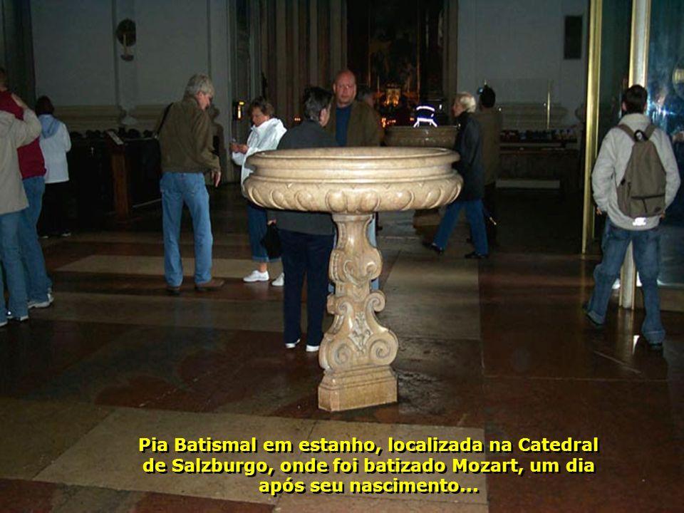 Pia Batismal em estanho, localizada na Catedral de Salzburgo, onde foi batizado Mozart, um dia após seu nascimento...