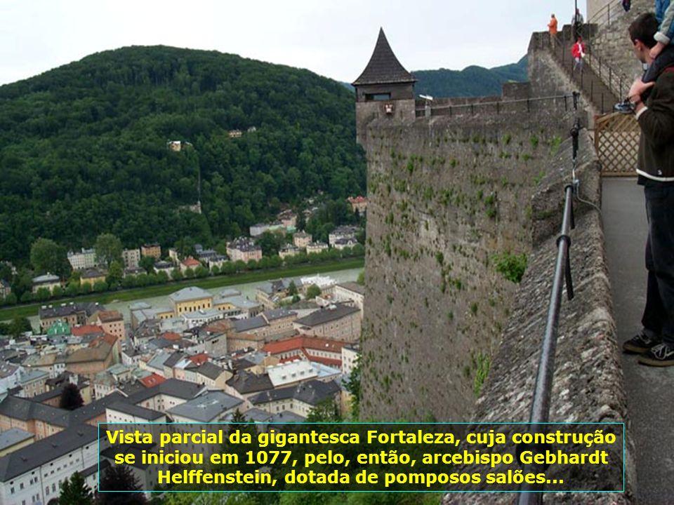 Vista parcial da gigantesca Fortaleza, cuja construção se iniciou em 1077, pelo, então, arcebispo Gebhardt Helffenstein, dotada de pomposos salões...