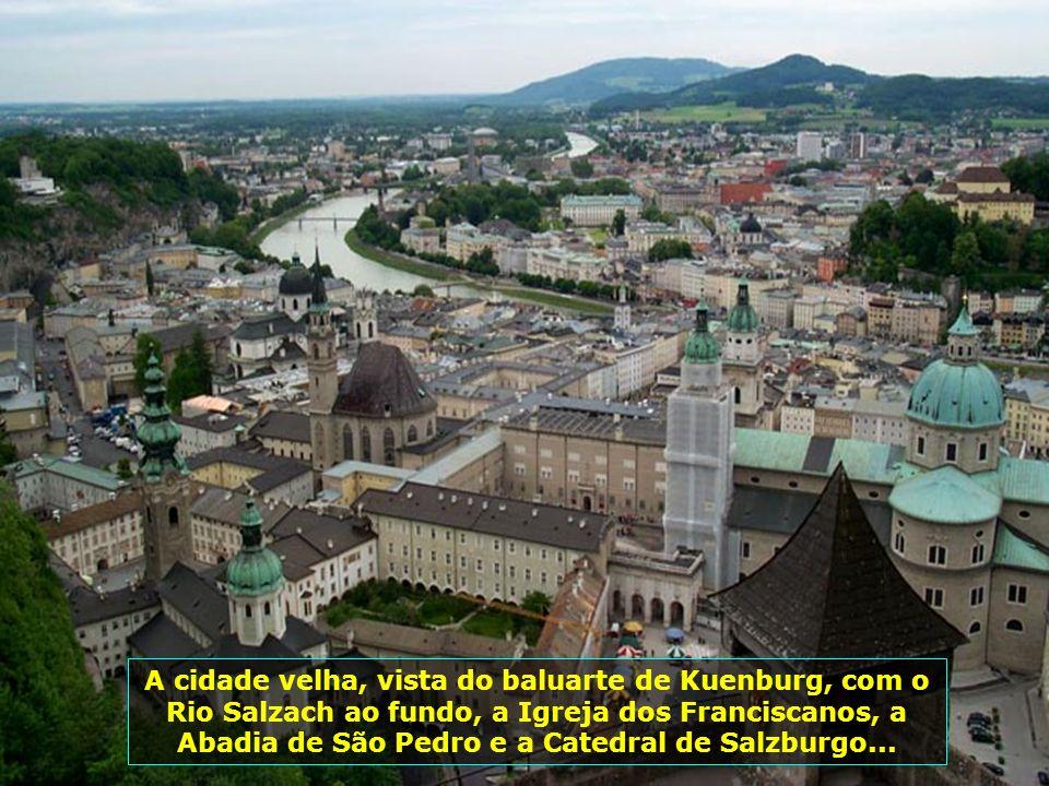 A cidade velha, vista do baluarte de Kuenburg, com o Rio Salzach ao fundo, a Igreja dos Franciscanos, a Abadia de São Pedro e a Catedral de Salzburgo...