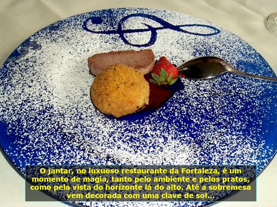 O jantar, no luxuoso restaurante da Fortaleza, é um momento de magia, tanto pelo ambiente e pelos pratos, como pela vista do horizonte lá do alto.