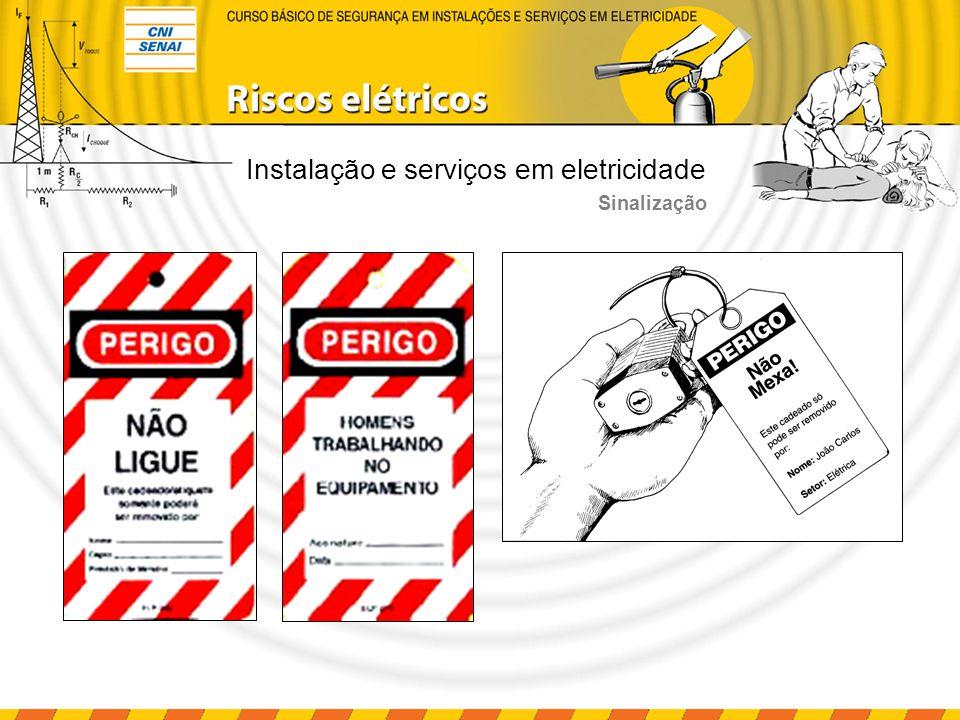 Instalação e serviços em eletricidade a) Retirada de todas as ferramentas, utensílios e equipamentos; b) Retirada, da zona controlada, de todos os trabalhadores não envolvidos no processo de reenergização; c) Remoção do aterramento temporário, da eqüipotencialização e das proteções adicionais; d) Remoção da sinalização de impedimento de energização; e) Destravamento, se houver, e religação dos dispositivos de seccionamento.