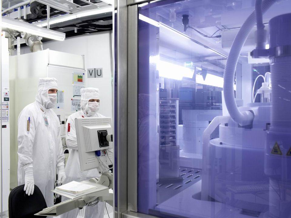 SILÍCIO Ingot Fatiamento do Ingot em vários discos O grau de pureza atingido é tão grande que para cada bilhão de átomos, somente um não é de silício, ou seja, o grau de pureza é de 99,9999%.