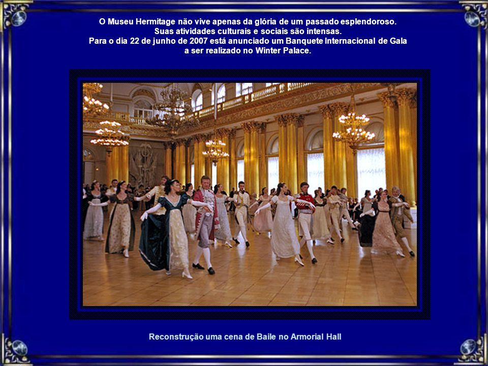 Reconstrução uma cena de Baile no Armorial Hall O Museu Hermitage não vive apenas da glória de um passado esplendoroso.