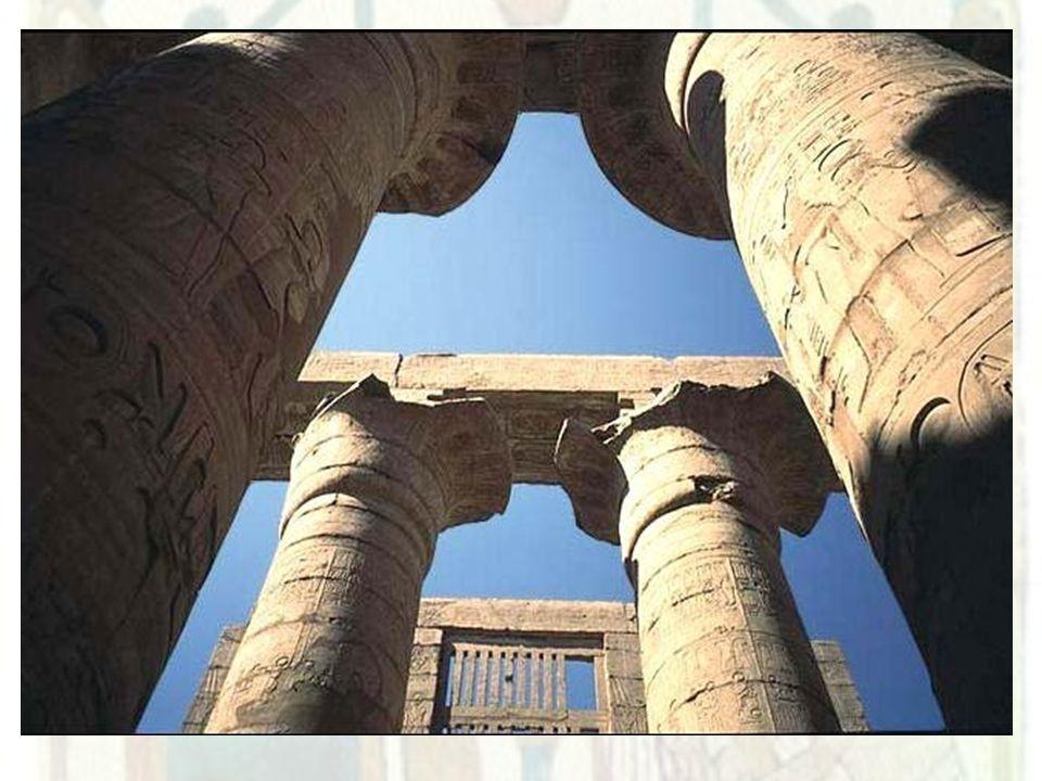 ESCULTURA Os escultores egípcios representavam os faraós e os deuses em posição serena, quase sempre de frente, sem demonstrar nenhuma emoção.