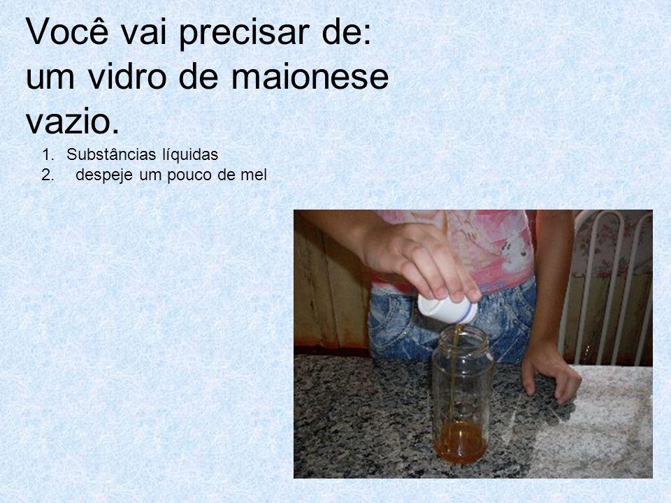 1.Despeje um pouco de água sobre o mel.