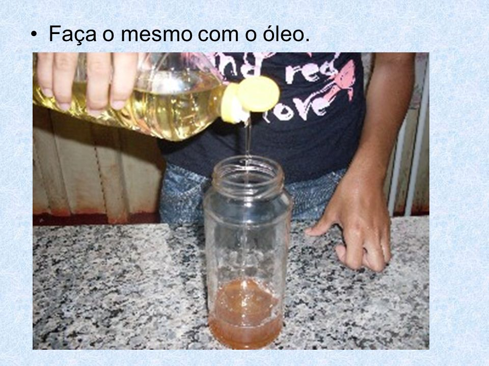 Pingue corante alimentício no álcool e depois despeje-o no vidro.