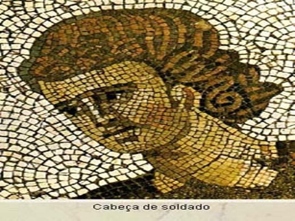 O MOSAICO Para se fazer um mosaico, primeiro se procurava fazer o contorno da figura, depois as formas do corpo, as roupas e os acessórios e, finalmente, o rosto.