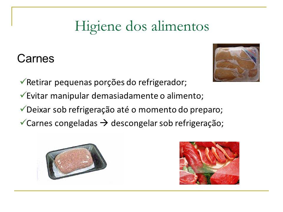 Higiene dos alimentos Carnes Retirar pequenas porções do refrigerador; Evitar manipular demasiadamente o alimento; Deixar sob refrigeração até o momento do preparo; Carnes congeladas descongelar sob refrigeração;
