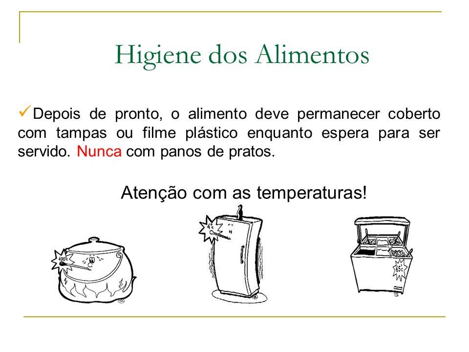 Depois de pronto, o alimento deve permanecer coberto com tampas ou filme plástico enquanto espera para ser servido.