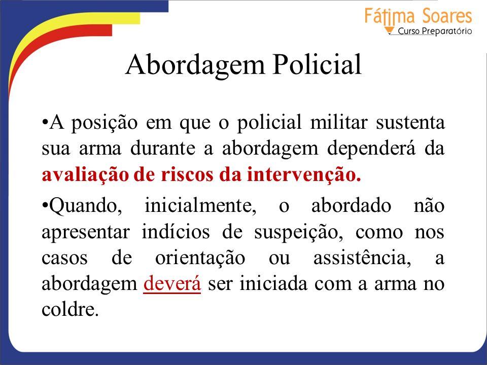 Abordagem Policial A posição em que o policial militar sustenta sua arma durante a abordagem dependerá da avaliação de riscos da intervenção.