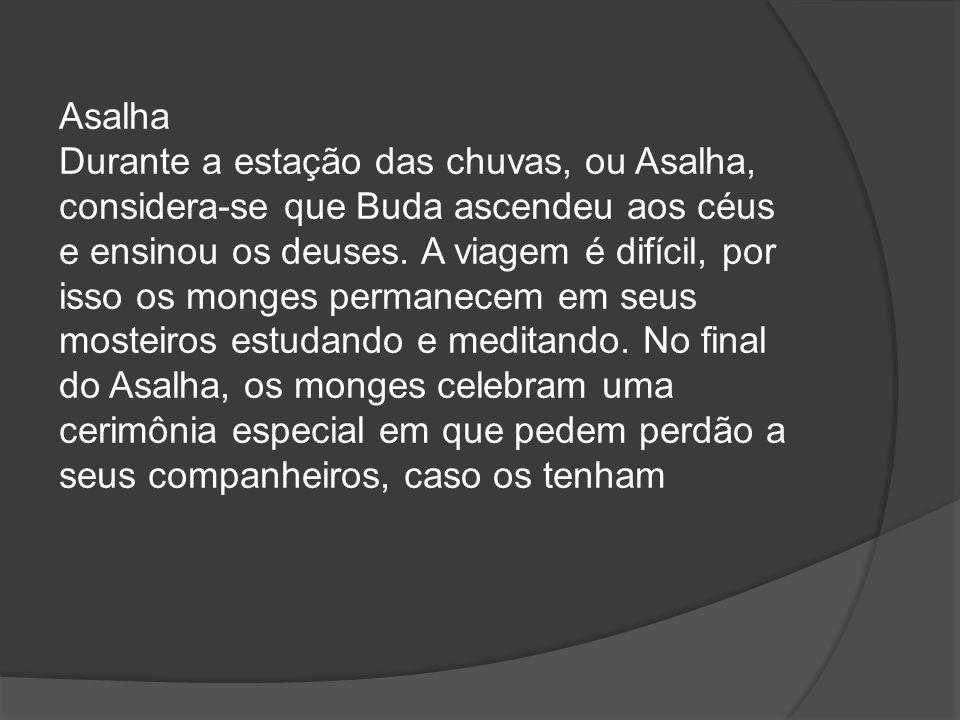Asalha Durante a estação das chuvas, ou Asalha, considera-se que Buda ascendeu aos céus e ensinou os deuses.