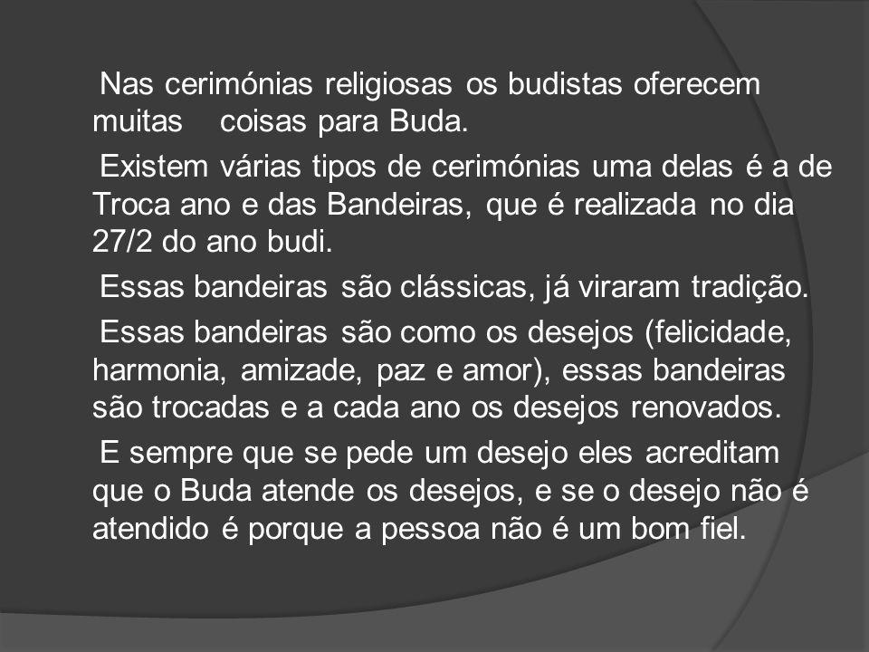 Nas cerimónias religiosas os budistas oferecem muitas coisas para Buda