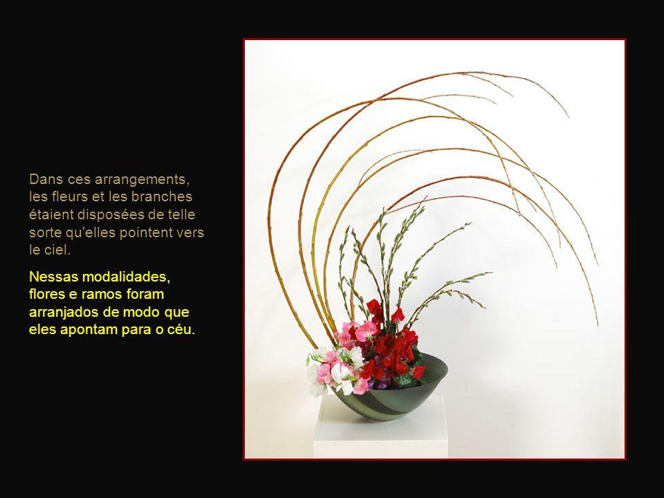 Dans ces arrangements, les fleurs et les branches étaient disposées de telle sorte qu elles pointent vers le ciel.