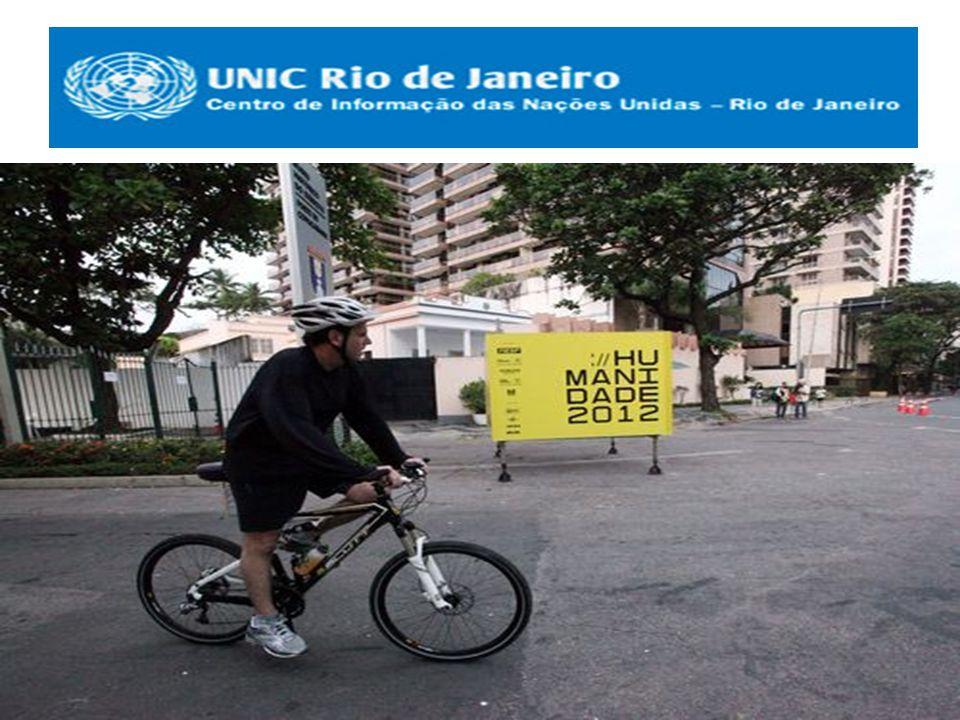 O prefeito Eduardo Paes chega de bicicleta ao Forte de Copacabana para participar da Cúpula dos Prefeitos