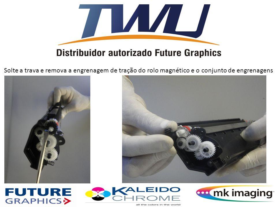 Solte a trava e remova a engrenagem de tração do rolo magnético e o conjunto de engrenagens