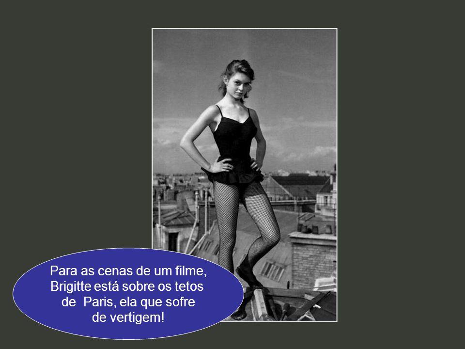 Para as cenas de um filme, Brigitte está sobre os tetos