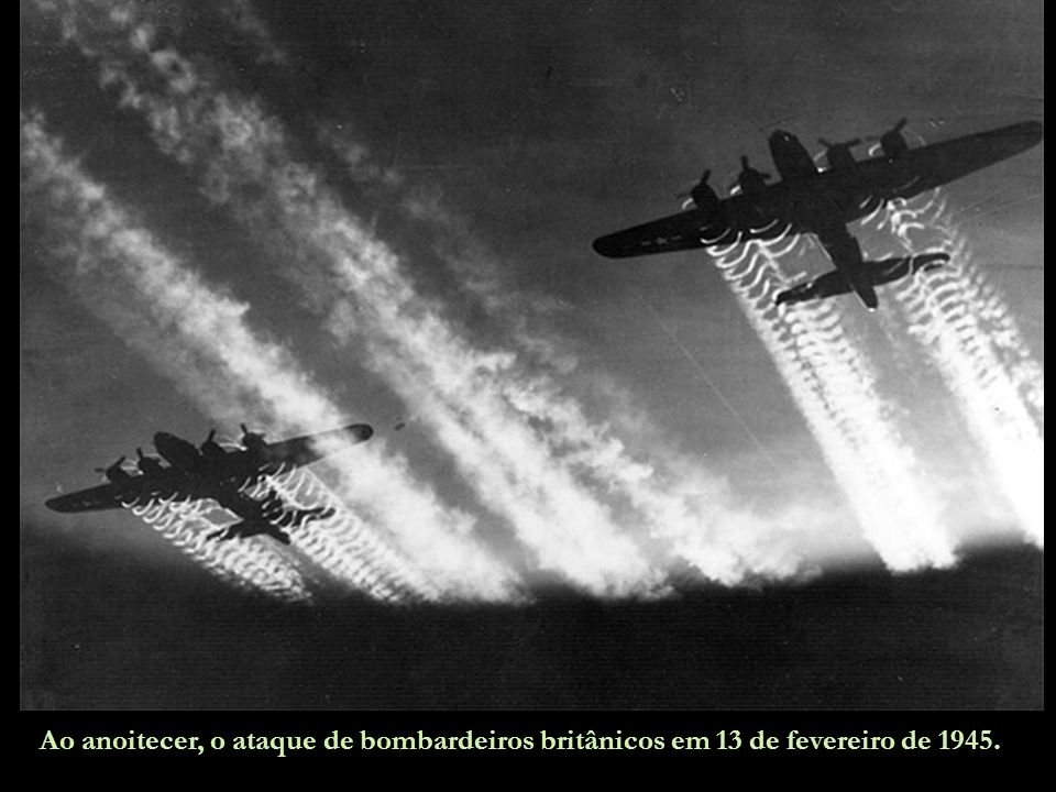 Ao anoitecer, o ataque de bombardeiros britânicos em 13 de fevereiro de 1945.