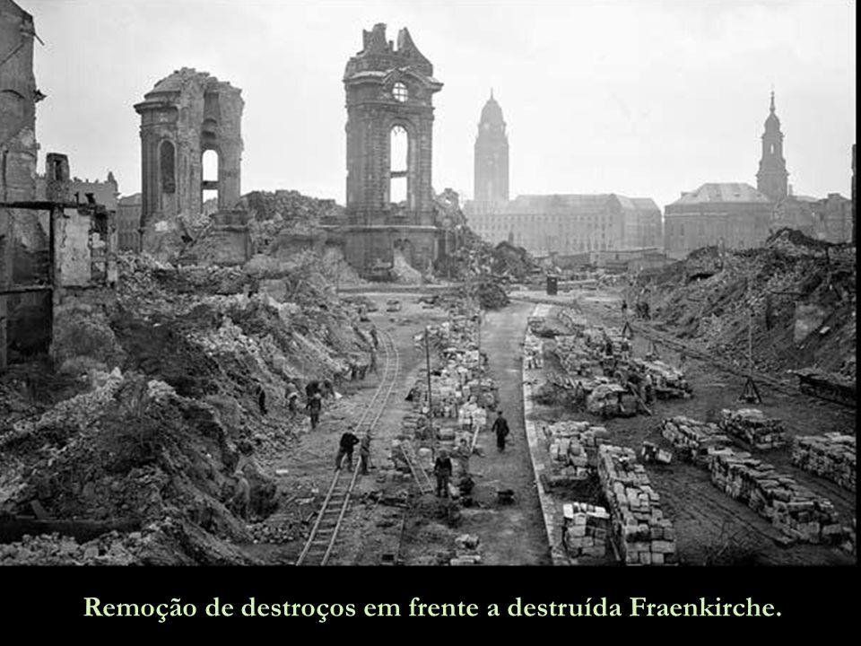 Remoção de destroços em frente a destruída Fraenkirche.