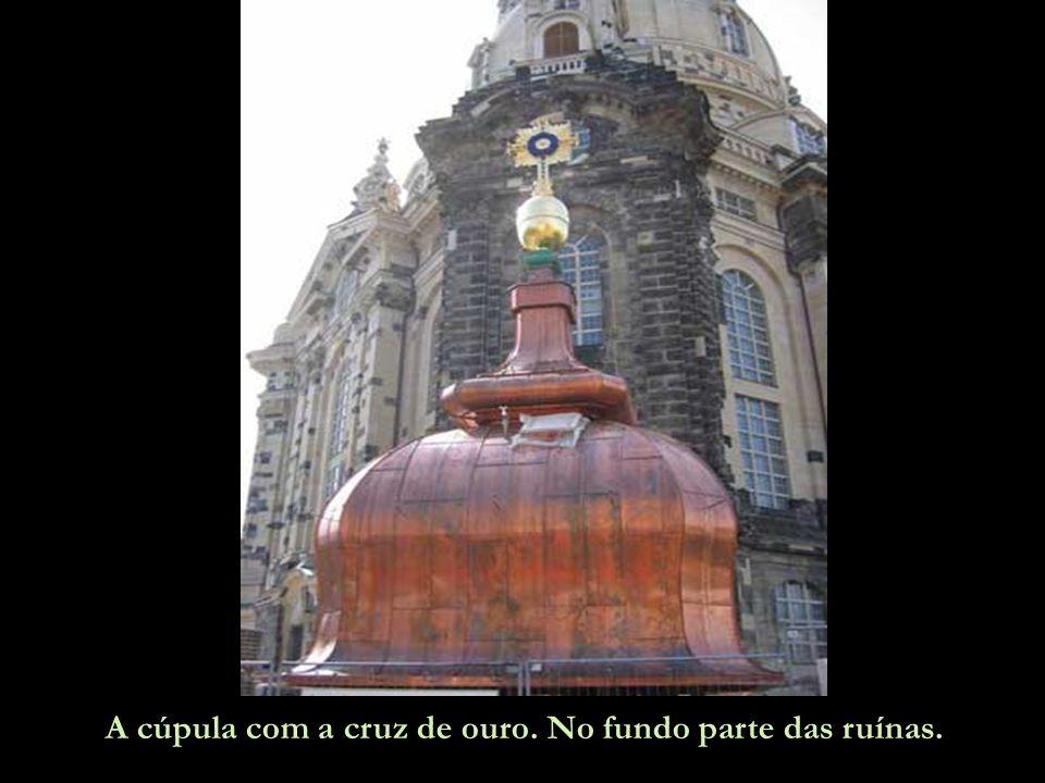 A cúpula com a cruz de ouro. No fundo parte das ruínas.