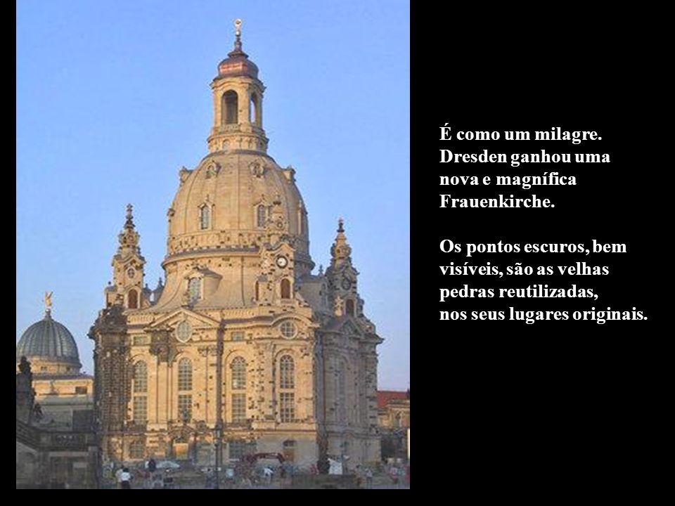 É como um milagre. Dresden ganhou uma. nova e magnífica. Frauenkirche. Os pontos escuros, bem. visíveis, são as velhas.
