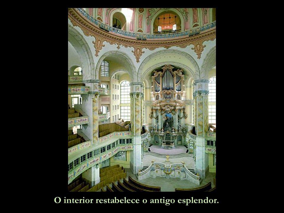 O interior restabelece o antigo esplendor.