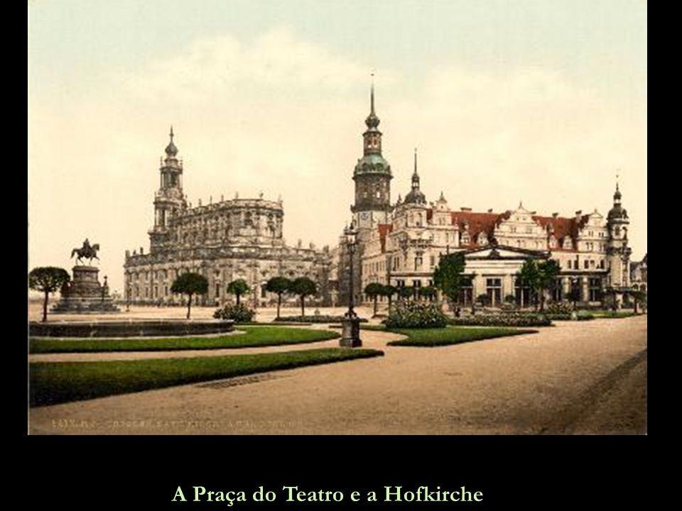 A Praça do Teatro e a Hofkirche
