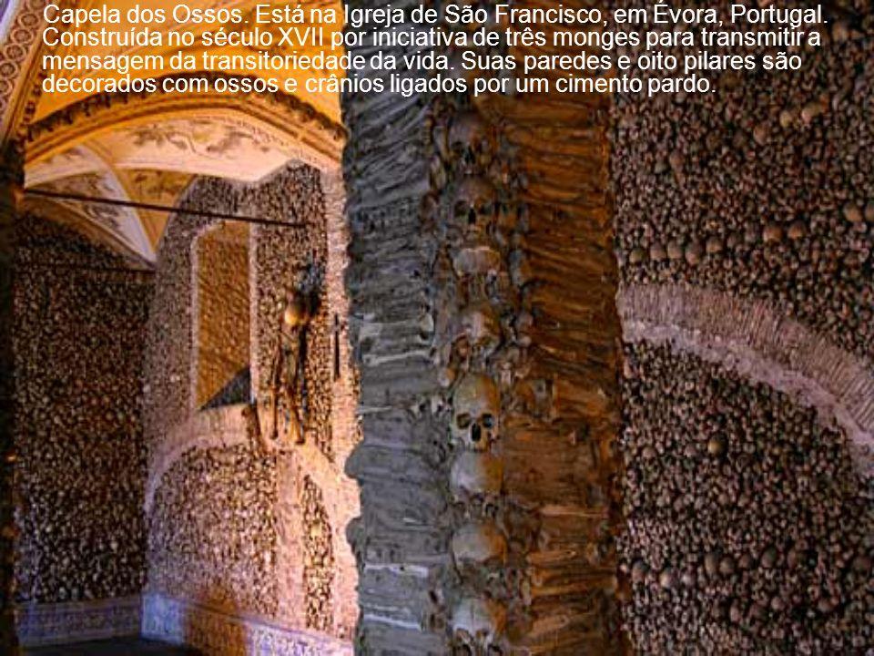 Capela dos Ossos. Está na Igreja de São Francisco, em Évora, Portugal