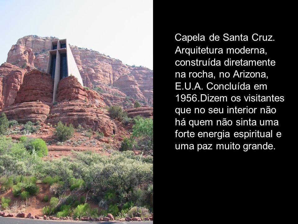 Capela de Santa Cruz. Arquitetura moderna, construída diretamente na rocha, no Arizona, E.U.A.