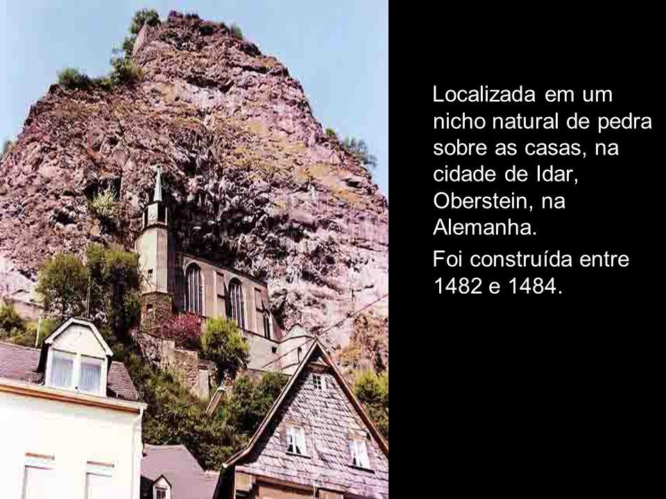 Localizada em um nicho natural de pedra sobre as casas, na cidade de Idar, Oberstein, na Alemanha.