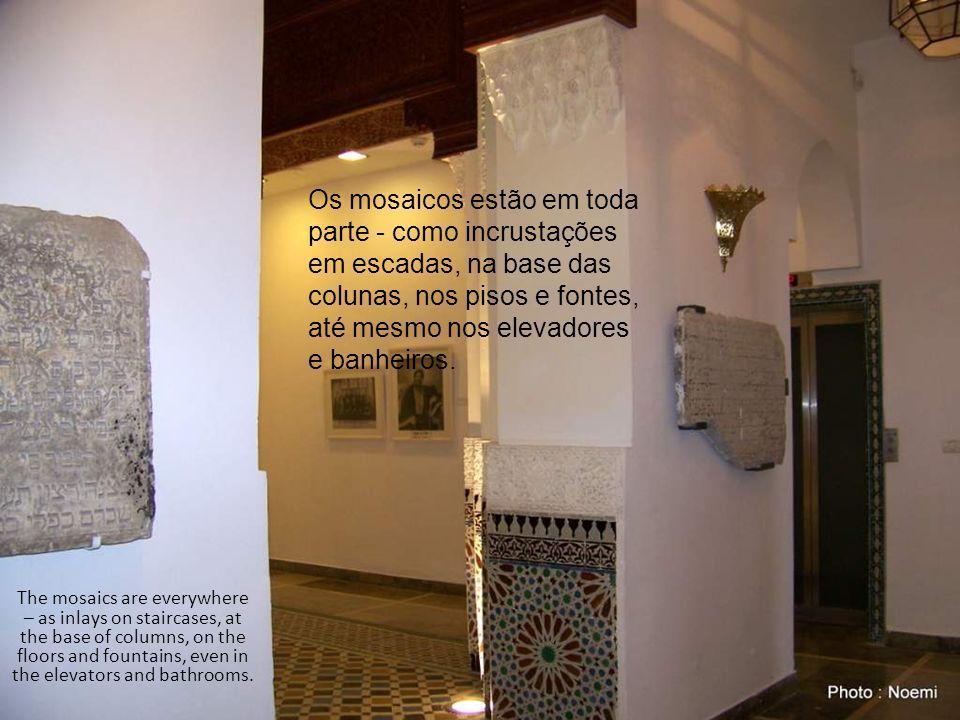 Os mosaicos estão em toda parte - como incrustações em escadas, na base das colunas, nos pisos e fontes, até mesmo nos elevadores e banheiros.