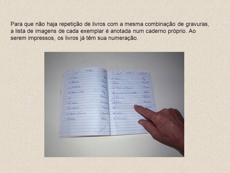 Para que não haja repetição de livros com a mesma combinação de gravuras, a lista de imagens de cada exemplar é anotada num caderno próprio.