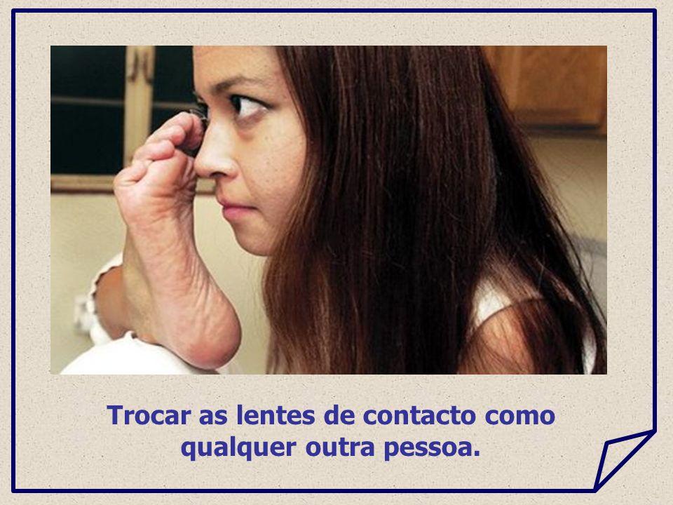 Trocar as lentes de contacto como qualquer outra pessoa.