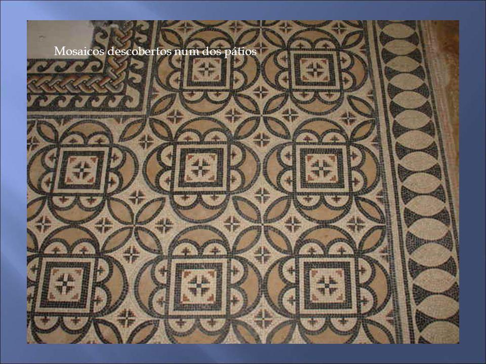 Mosaicos descobertos num dos pátios