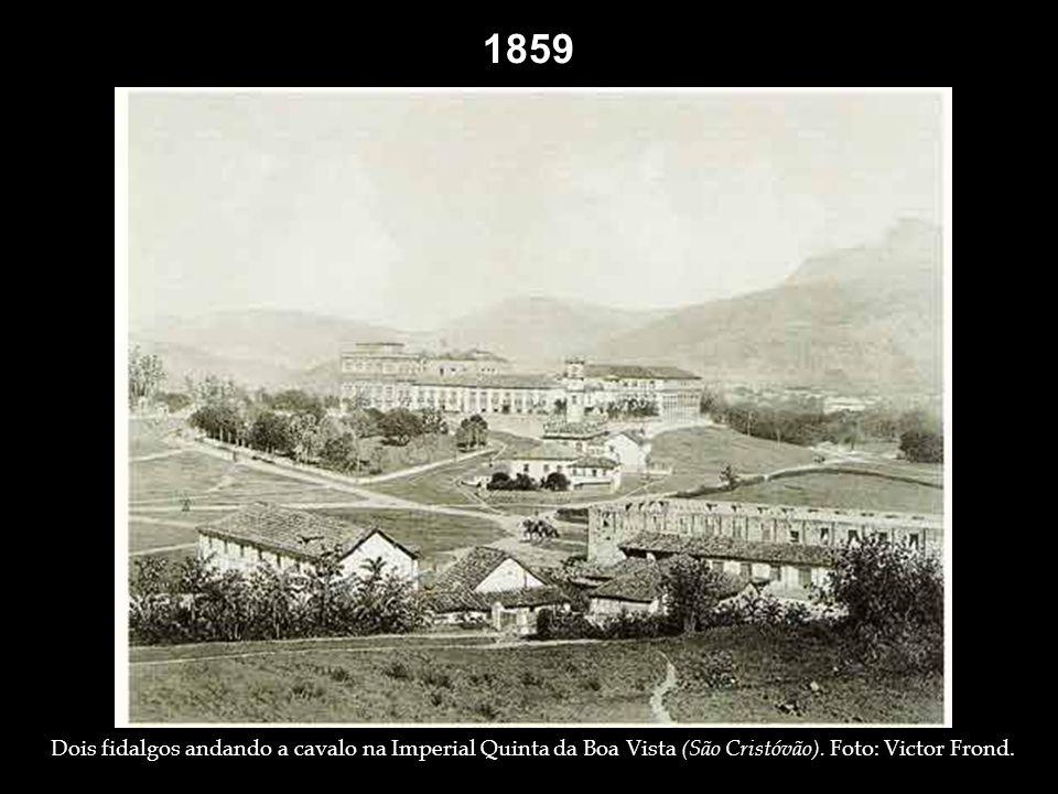 Grupo de pessoas na frente do Paço Imperial – 1840.