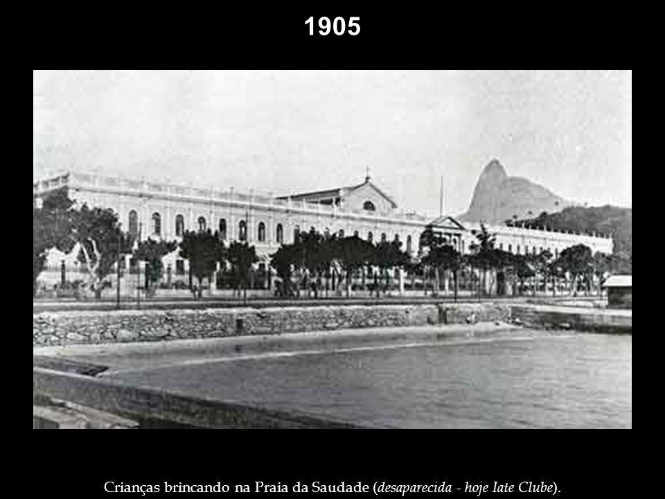 1905 Presidente Rodrigues Alves, no dia chuvoso de 15 de novembro de 1905, inaugurando a Avenida Central (hoje Avenida Rio Branco).