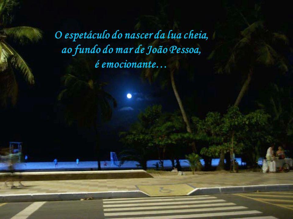 O espetáculo do nascer da lua cheia, ao fundo do mar de João Pessoa,
