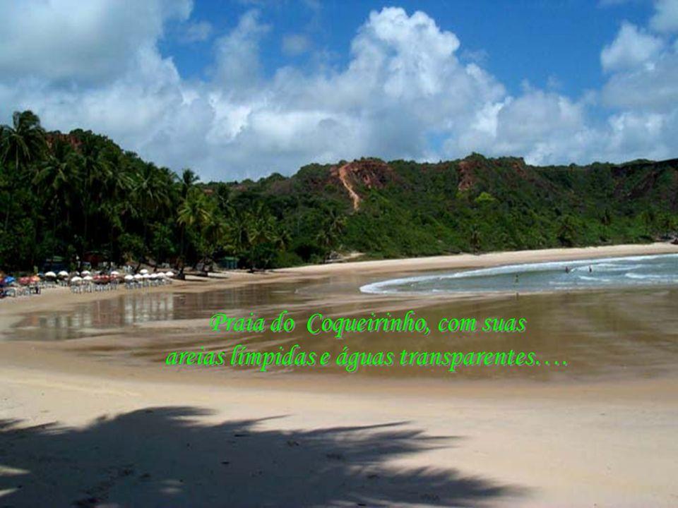 Praia do Coqueirinho, com suas areias límpidas e águas transparentes….