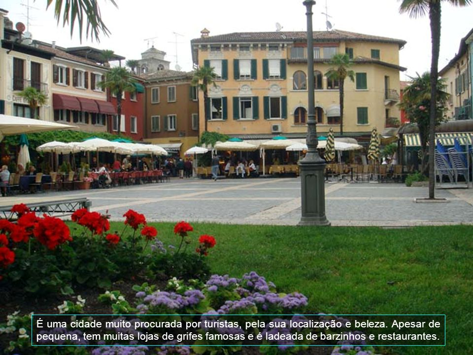 É uma cidade muito procurada por turistas, pela sua localização e beleza.