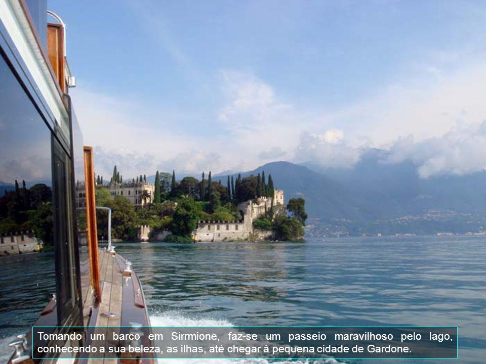 Tomando um barco em Sirrmione, faz-se um passeio maravilhoso pelo lago, conhecendo a sua beleza, as ilhas, até chegar à pequena cidade de Gardone.