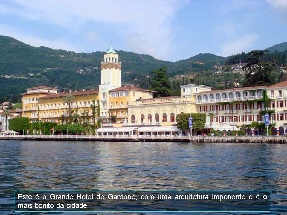 Este é o Grande Hotel de Gardone, com uma arquitetura imponente e é o mais bonito da cidade.