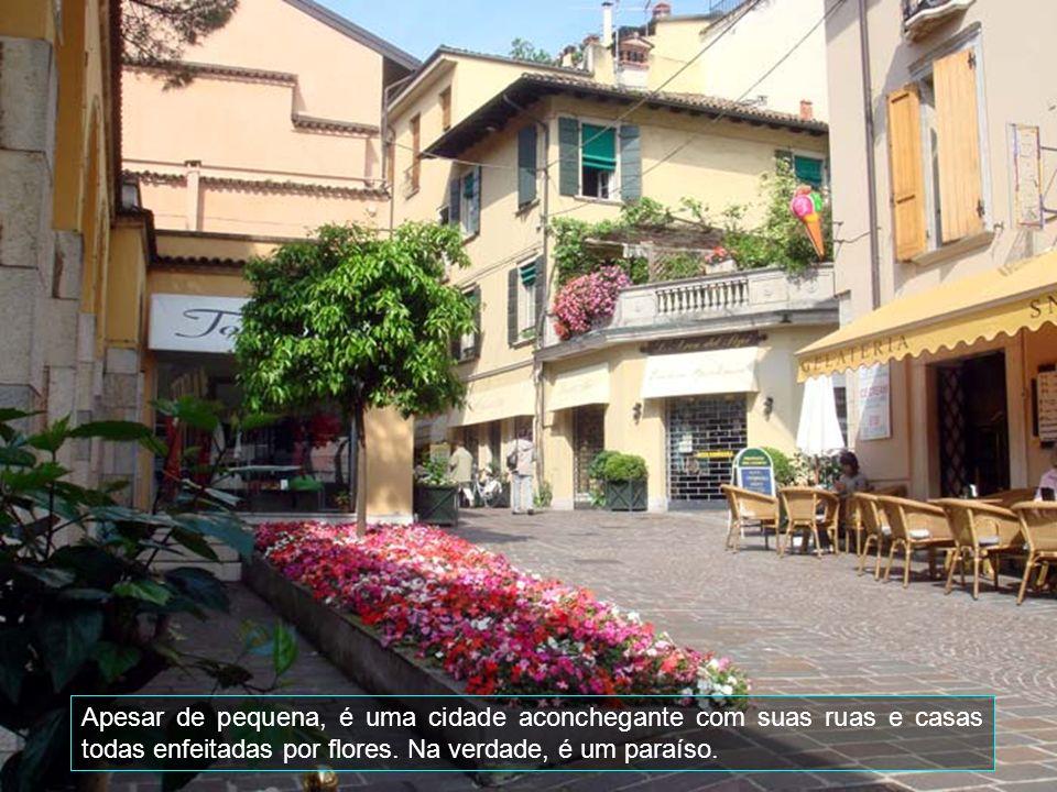 Apesar de pequena, é uma cidade aconchegante com suas ruas e casas todas enfeitadas por flores.