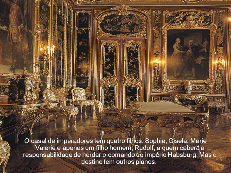 O casal de imperadores tem quatro filhos: Sophie, Gisela, Marie Valerie e apenas um filho homem, Rudolf, a quem caberá a responsabilidade de herdar o comando do império Habsburg.