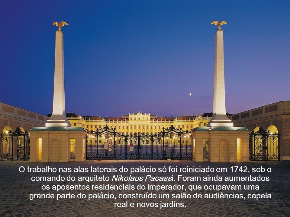 O trabalho nas alas laterais do palácio só foi reiniciado em 1742, sob o comando do arquiteto Nikolaus Pacassi.