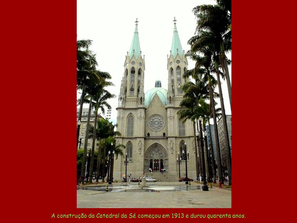 A construção da Catedral da Sé começou em 1913 e durou quarenta anos.