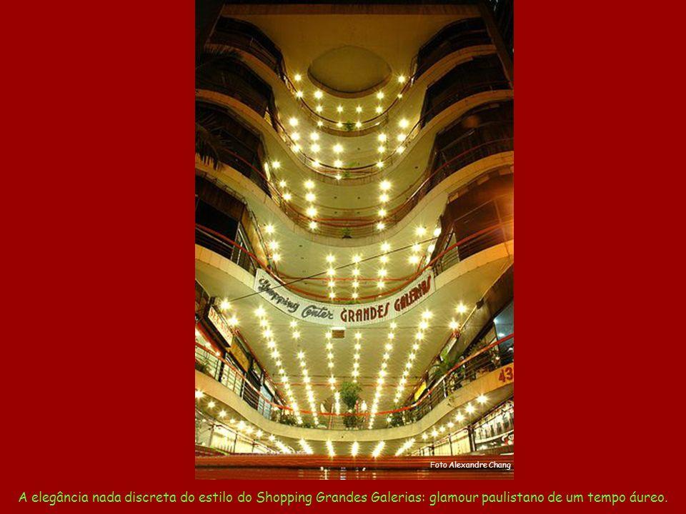 Foto Alexandre Chang A elegância nada discreta do estilo do Shopping Grandes Galerias: glamour paulistano de um tempo áureo.