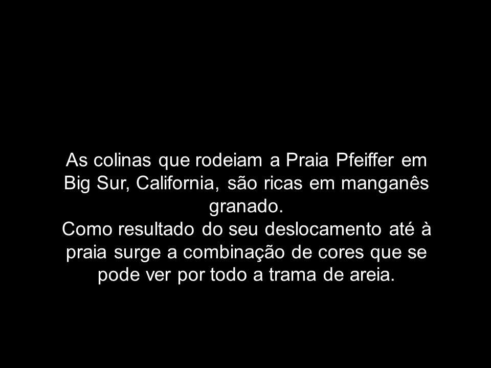 As colinas que rodeiam a Praia Pfeiffer em Big Sur, California, são ricas em manganês granado.