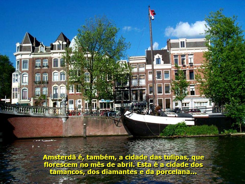Amsterdã é, também, a cidade das tulipas, que florescem no mês de abril.
