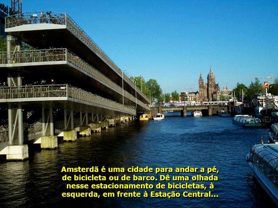 Amsterdã é uma cidade para andar a pé, de bicicleta ou de barco