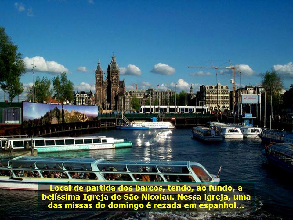 Local de partida dos barcos, tendo, ao fundo, a belíssima Igreja de São Nicolau.